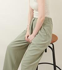 【WWW】キレイめで、ラクな履き心地 WWW〈DOUBLE CLOTH TACK PANTS〉を特集